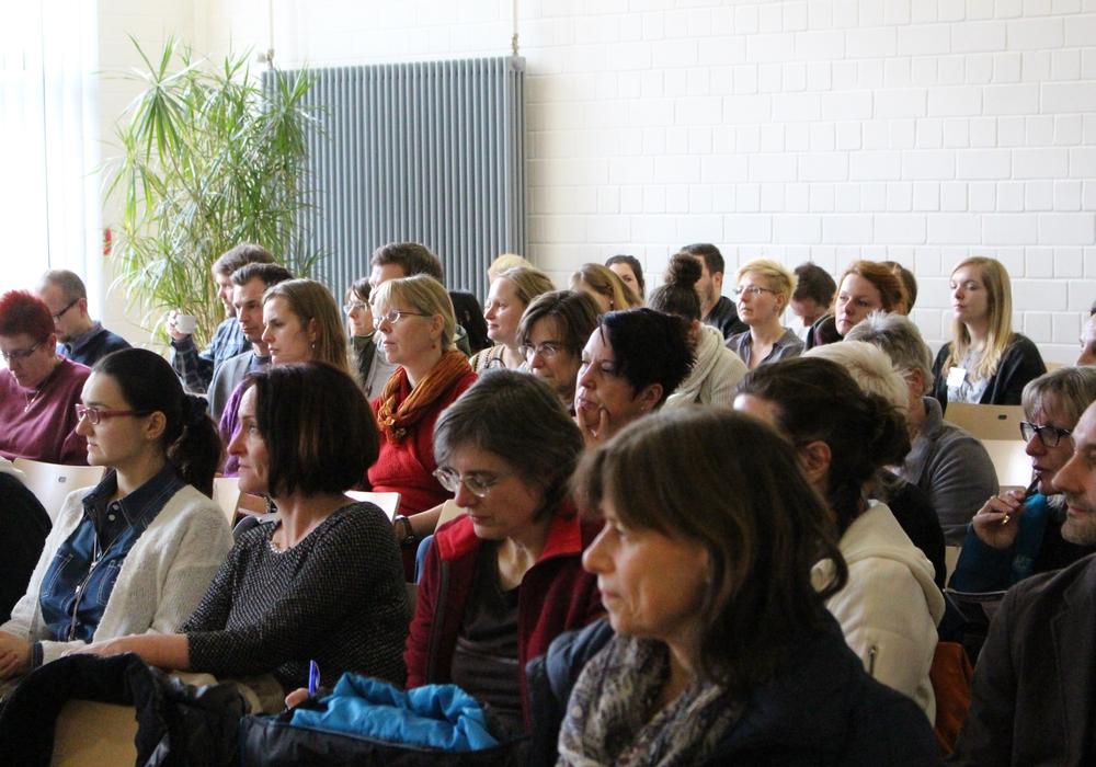 Das Publikum folgt aufmerksam den Worten der Referenten. Fotos: Max Förster