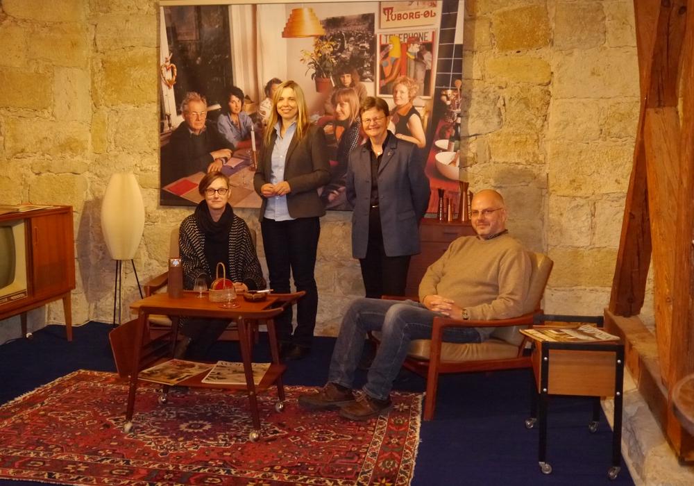 Wohnzimmer: v.l.n.r.: Esther Orant, Nicole Froberg (beide Forum Architektur), Dr. Bettina Greffrath, Dr. Arne Steinert (beide Stadtmuseum Schloss Wolfsburg). Foto: Stadt Wolfsburg