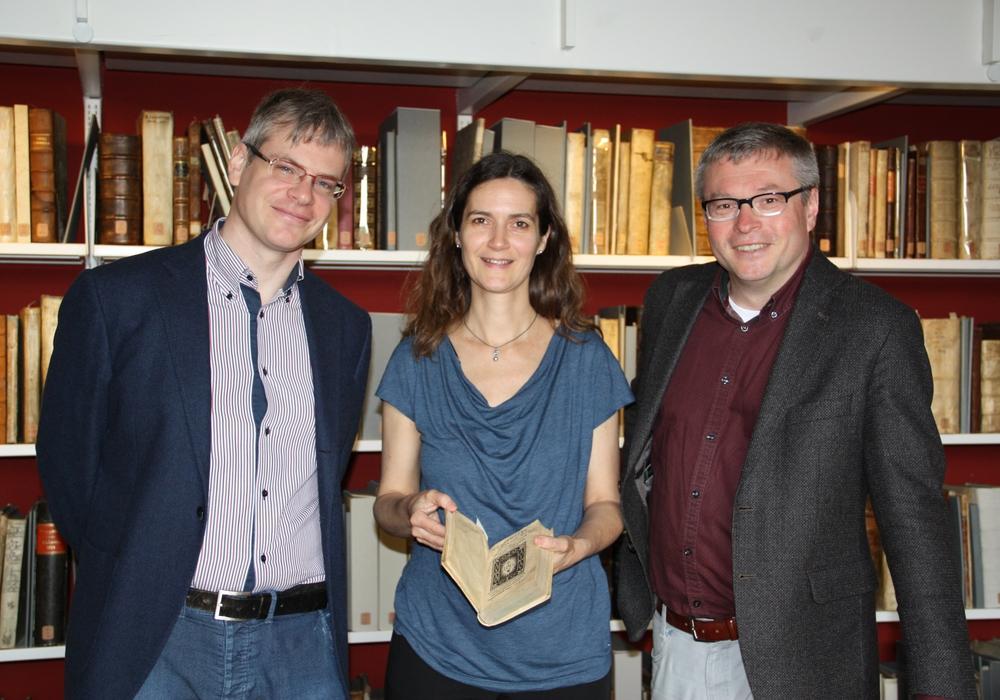 """Matthias Roick, Katja Triplett und Peter Burschel präsentieren eine japanische Übersetzung des """"Contemptus Mundi"""" Fotos: Herzog August Bibliothek"""