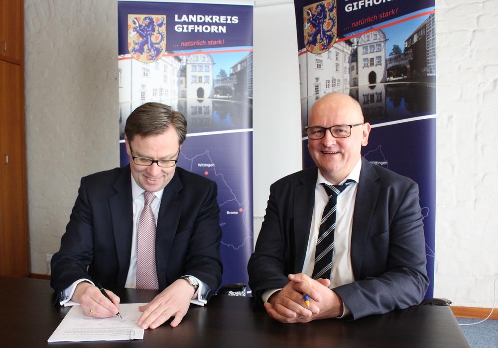 Landrat Dr. Andreas Ebel und Dirk Moysich, Geschäftsführer net services GmbH & Co. KG, unterzeichnen den Pachtvertrag. Foto: Sandra Zecchino