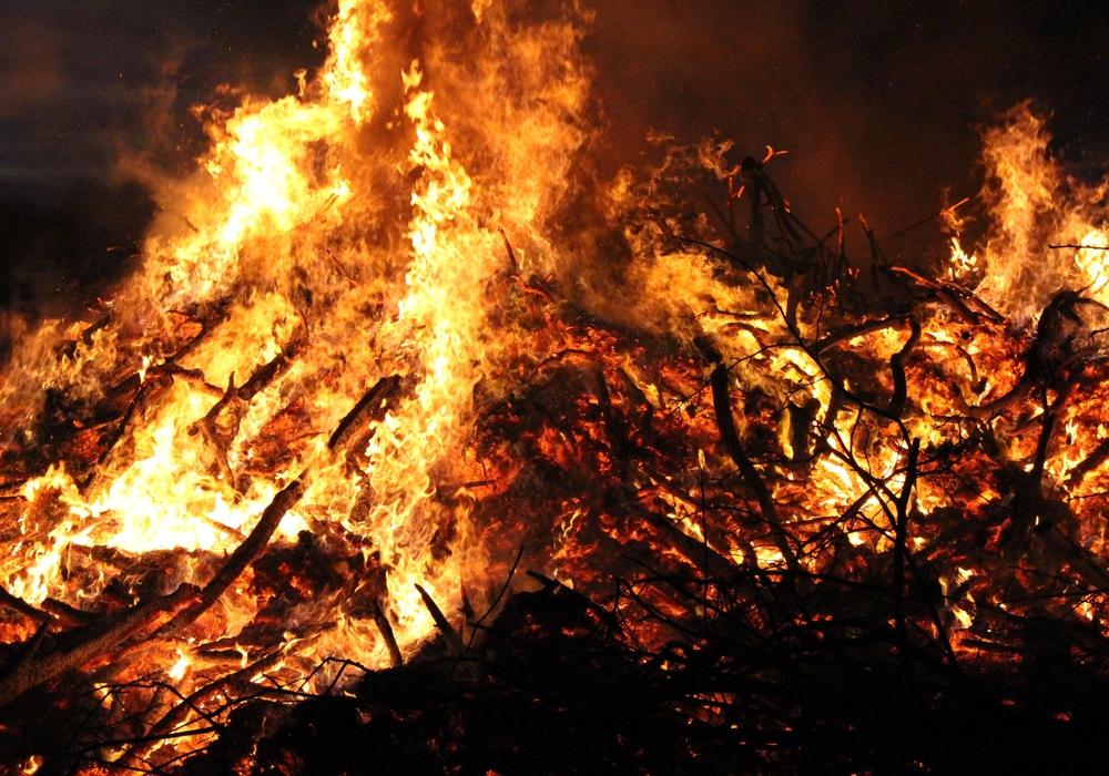 Auch dieses Jahr werden die Osterfeuer wieder brennen. Symbolbild: Sina Rühland
