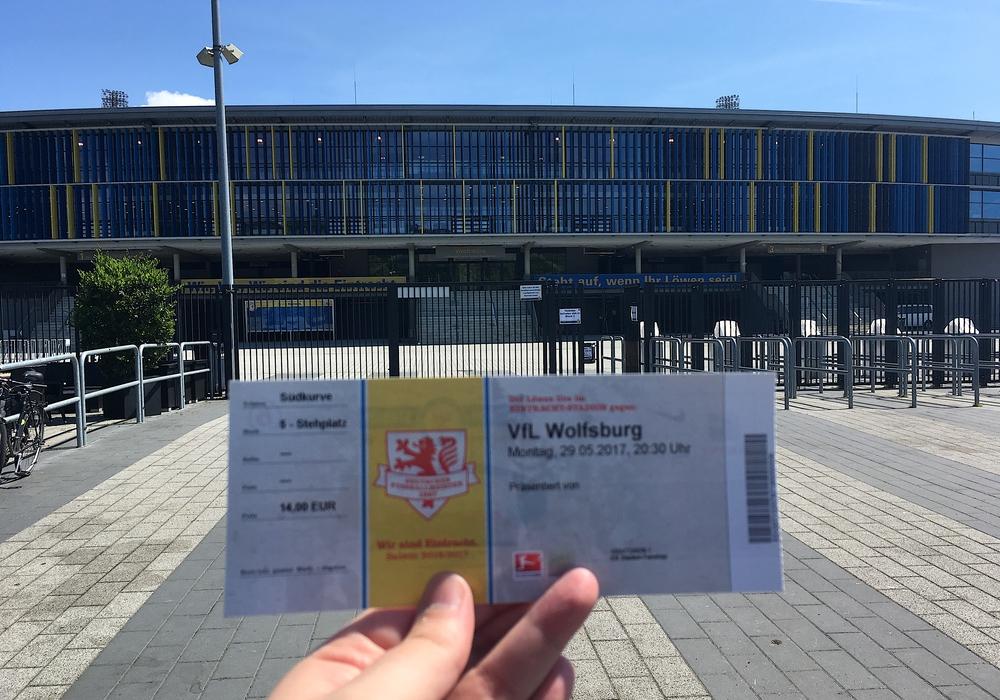 Das Objekt der Begierde: Auch zur Mittagszeit standen die Dauerkartenbesitzer bis zu einer Stunde Schlange, um eine Karte für das Relegationsheimspiel gegen Wolfsburg zu bekommen. Fotos: Alexander Dontscheff