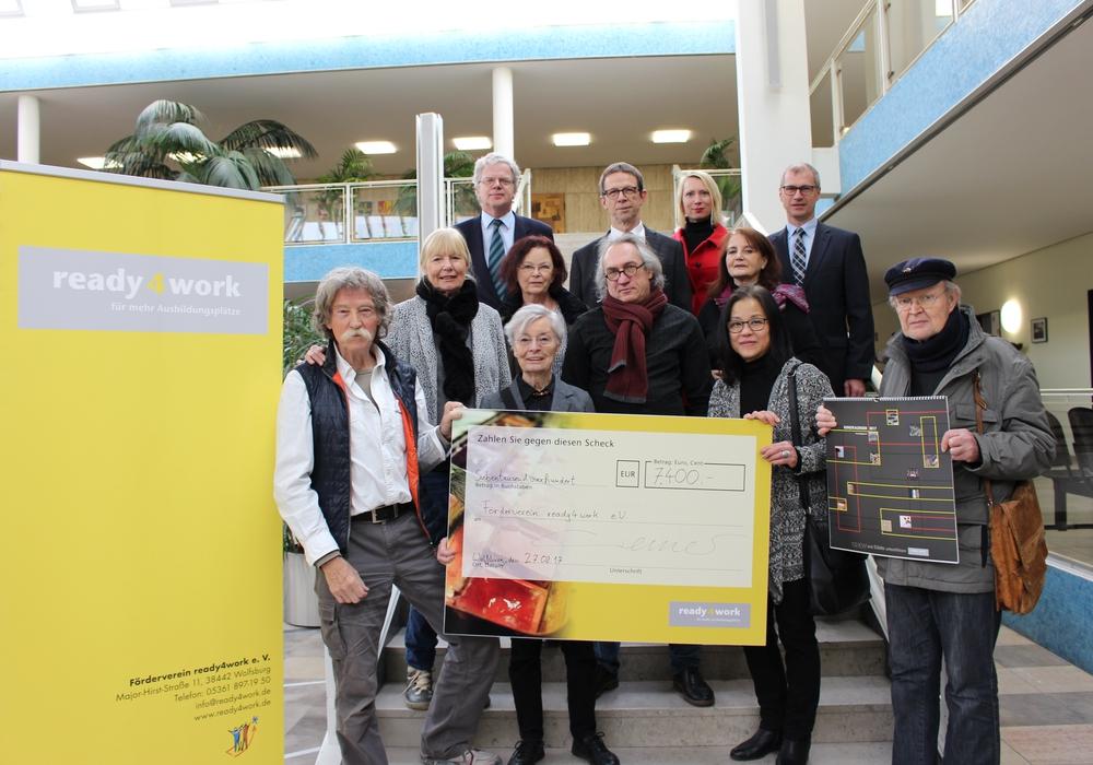 """Die """"10KW"""" übergaben heute einen Spendenscheck in Höhe von 7.400 Euro an den Förderverein """"ready4work"""". Foto: Eva Sorembik"""