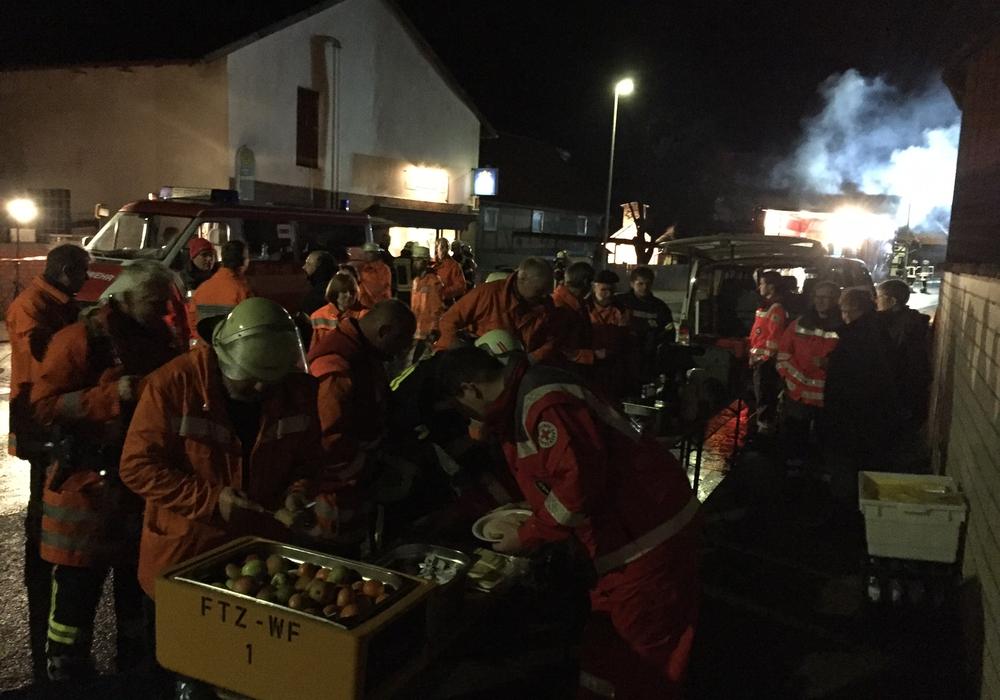 Die Schnelleinsatzgruppe des DRK Wolfenbüttel versorgt die Feuerwehren während des Einsatzes.  Foto: DRK