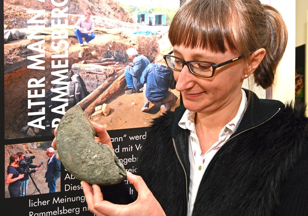 Die Leiterin des Niedersächsischen Landesamtes für Denkmalpflege, Dr. Katharina Malek, zeigt einen rätselhaften Gegenstand,  den es unter anderen beim 1.  Kaminabend 2018 des Museumsvereins Goslar im Goslarer Museum zu enträtseln gilt. Foto: Goslarer Museumsverein