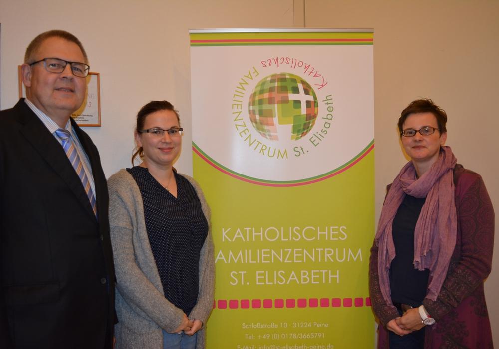 Dr. Thomas Heuer Bianca Wingenbach vom Familienzentrum Löwenzahn und Kathinka Plett vom Familienzentrum St Elisabeth. Foto: Kirchenkreis