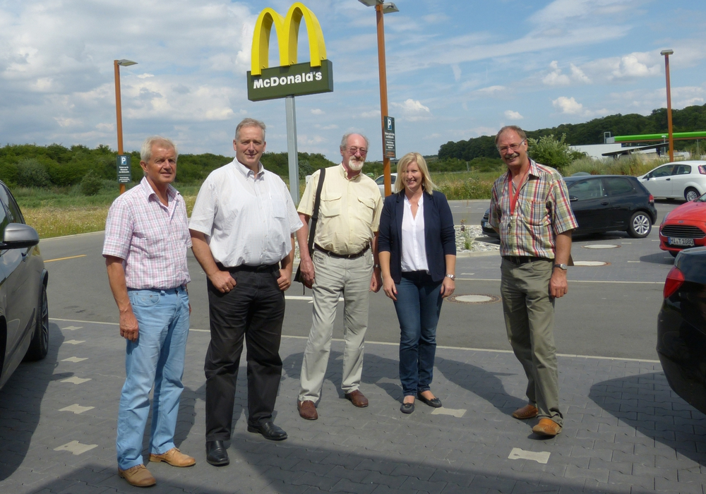 Günter Eichenlaub, MdL Frank Oesterhelweg, Volker Brandt, Franchise-Nehmerin Taina Flügge-Bredberg, Uwe Feder besuchten das McDonald's Restaurant in Cremlingen. Foto: Privat