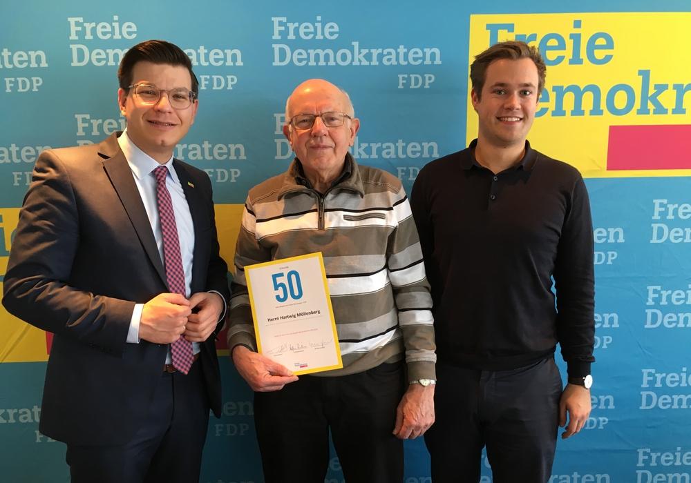 FDP-Bezirksvorsitzender Björn Försterling (MdL) und FDP-Kreisvorsitzender Lars Alt ehren Hartwig Möllenberg (Bildmitte) für 50 Jahre FDP-Mitgliedschaft. Foto: FDP Helmstedt