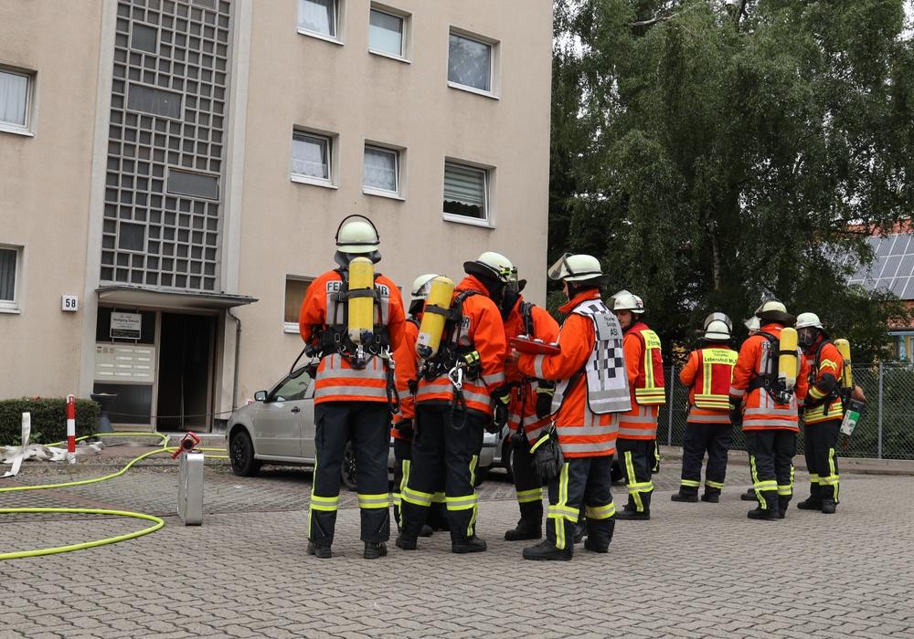 Aus der Wohnungstür drang beim Eintreffen der Feuerwehr dichter, schwarzer Rauch. Fotos: Rudolf Karliczek