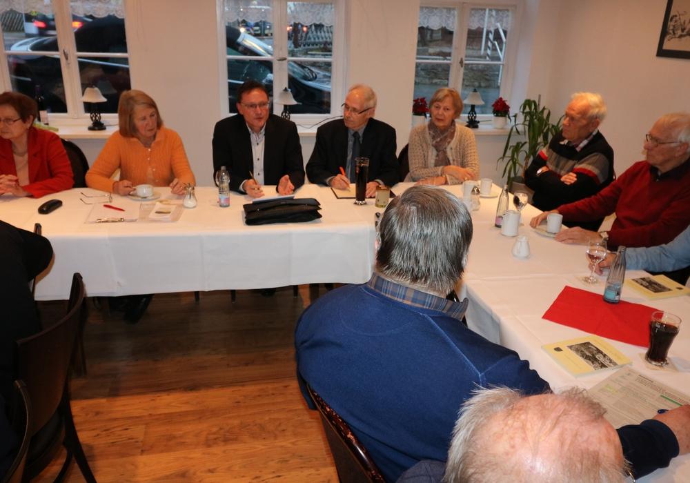 Gastredner Hartwig Brodde (3.v.li.) diskutiert mit den CDU Senioren. Monika Bötel (2.v.li.) leitet die Diskussion. Foto: Privat