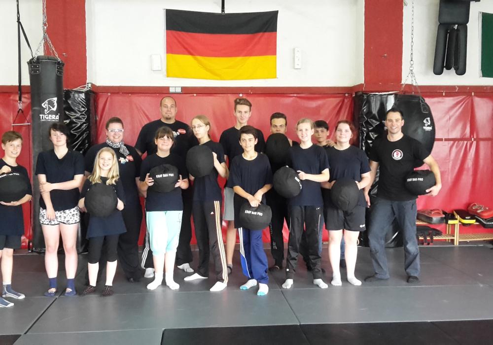 Am Samstag vor den Ferien trafen sich die Mitglieder der Jugendfeuerwehr Adersheim zu einem Abschlussdienst der etwas anderen Art. Es ging zu einem Kursus zur Selbstverteidigung und Selbsbehauptung. Foto: privat