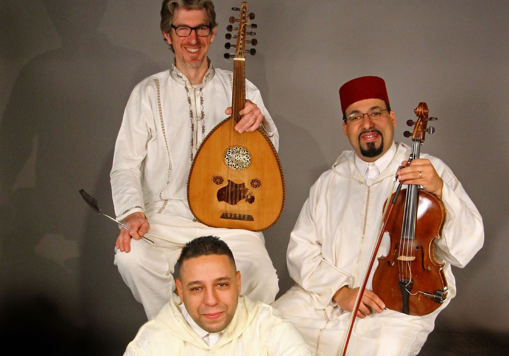 Besetzung: Abdalatef Bouzbiba (Gesang, Violine, Rabab), Nordine Boussetta (Darbuka, Bendir, Tar), Thomas Loopuyt (Oud, Lothar). Foto: Veranstalter