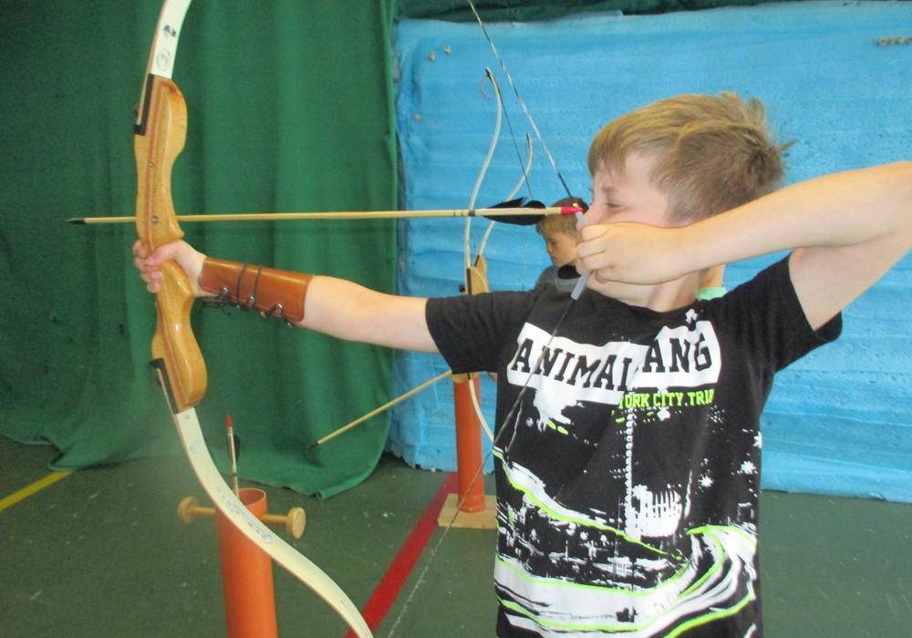Bogenschießen gehört auch zu den Aktivitäte. Fotos: Jugendpflege Vechelde