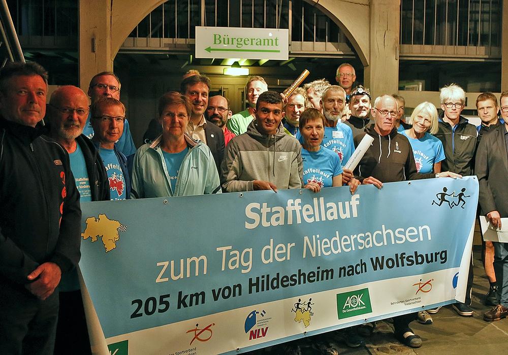 Nächtlicher Besuch im Rathaus: Die Teilnehmer des Staffellaufes zum Tag der Niedersachsen machten in Wolfenbüttel Station.