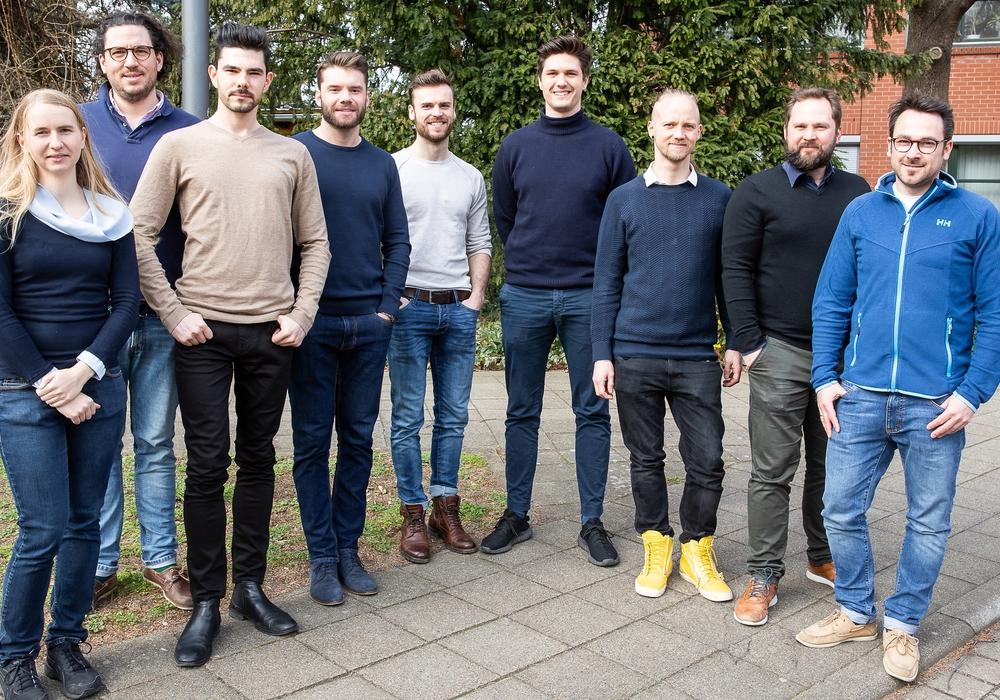 Beim Kick-Off zur 3. Betreuungsrunde im MO.IN lernten sich die Gründerteams kennen: Von links: Anja Pasemann und Moritz Birkelbach (MO.IN Start-up-Zentrum), Jordan Mitropolitsky und Paul Zwänger (Woze Optics), Marvin Rau und Michael Szpitalny (E-Moped), Arved Bünning (Amberskin), Henrik Borgwardt und Arne Stahl (COPRO Technology GmbH). Es fehlen Justus Söllner und Richard Bloch (Petrolhearts) sowie Michelle Grüne (Amberskin). Foto: Braunschweig Zukunft GmbH/Philipp Ziebart
