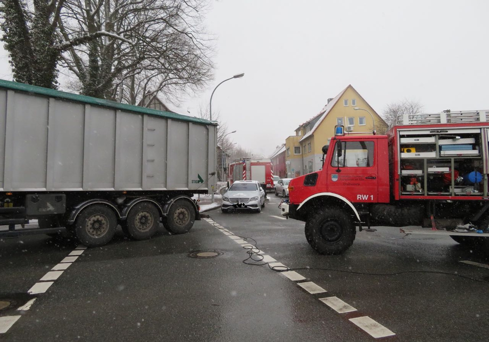 Eine 34-Jährige geriet heute Nachmittag unter einen LKW. Foto: Feuerwehr Königslutter