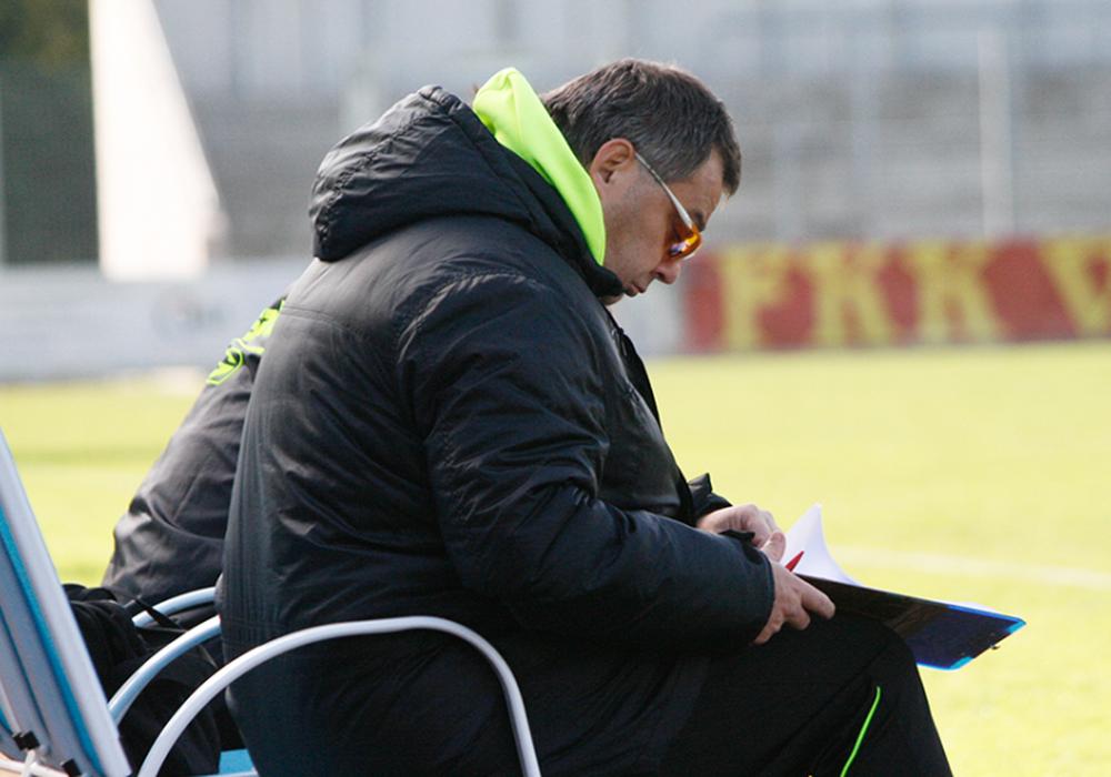 """""""Nach 70 Minuten in den Trainerstuhl gesunken und zum zusehen verdammt."""" – Sven Thoss. Foto: Maschauer"""