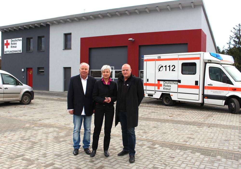 Am Dienstag wurde die neue Rettungswache in Anwesenheit von Gerhard Wiche, stellvertretender Samtgemeindebürgermeister, Landrätin Christiana Steinbrügge und Friedbert Schwartz vom DRK eingeweiht. Fotos: Alexander Dontscheff