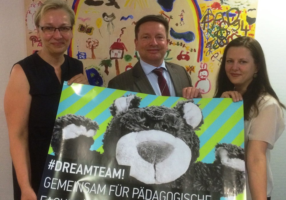 Bildunterschrift: Iris Bothe, Oliver Syring und Katharina Varga (v.l.n.r.) präsentierten das Pilotprojekt von Stadt und Wolfsburg AG. Foto: Stadt Wolfsburg