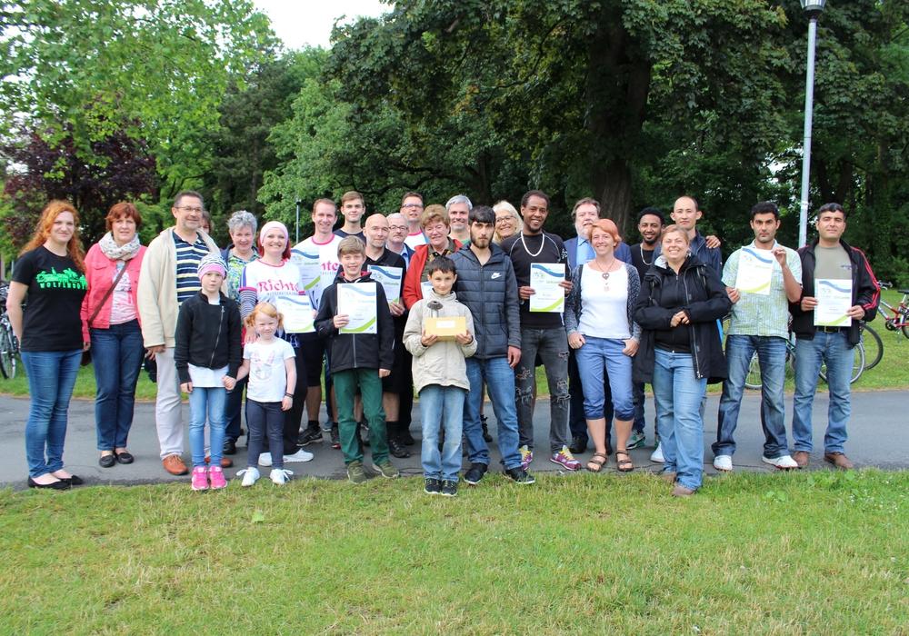 Die (Vertreter der) Siegerteams mit Organisatoren und Sponsoren beim Gruppenfoto. Fotos: Alexander Dontscheff