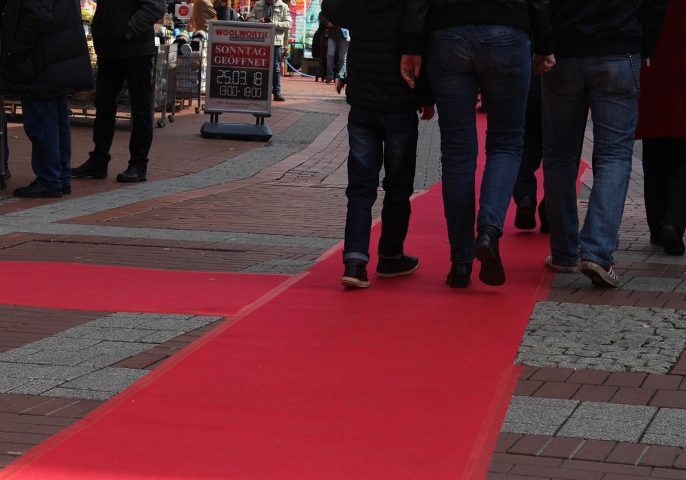 Der rote Teppich führt quer durch die City und zu den teilnehmenden Geschäften. Fotos: Alexander Dontscheff