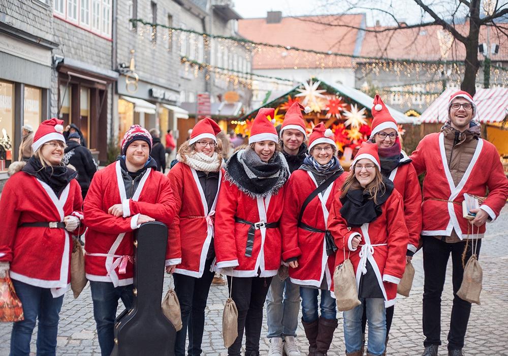 Die neun Weihnachtmänner und Weihnachtsfrauen in christlicher Mission auf dem Weihnachtsmarkt. Foto: Alec Pein