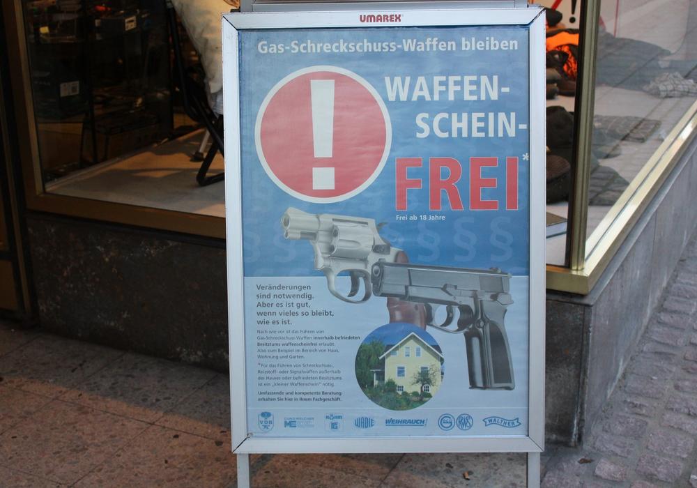 Aufsteller Waffenscheinfrei. Symbolbild. Foto: Max Förster