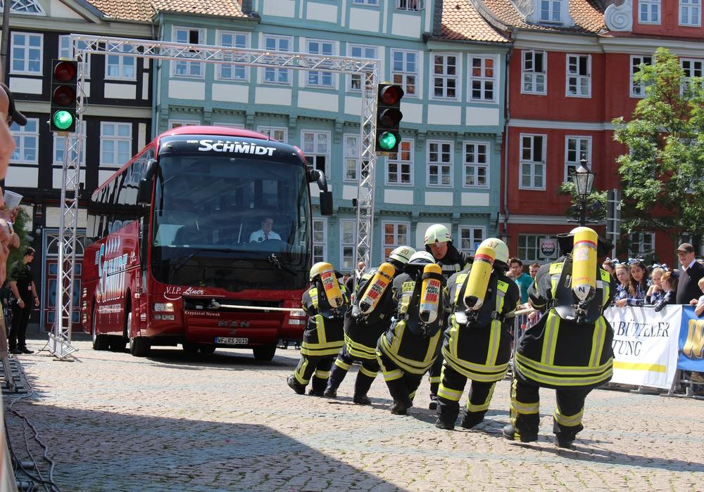 """Am Sonntag den 5. Juni heißt es ab 11 Uhr wieder """"Ziehhhh!"""" auf dem Stadtmarkt. Dann startet die 14. Internationale Buspulling-Meisterschaft.  Foto: Jan Borner"""