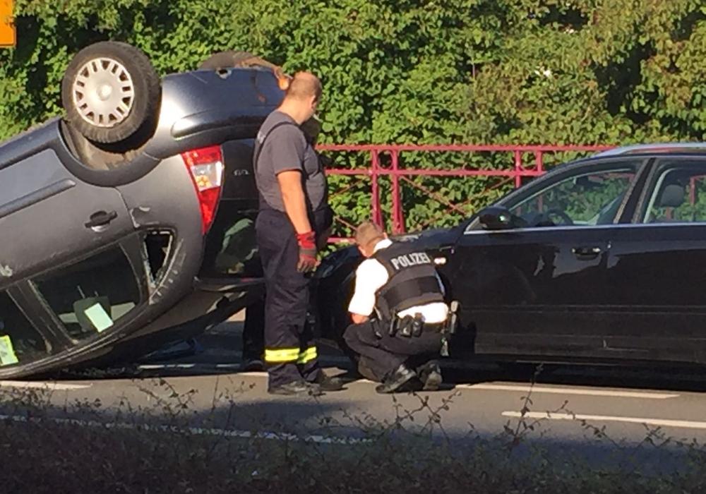 Der Audi kam nicht mehr rechtzeitig zum Stehen und fuhr in die Unfallstelle. Fotos: Anke Donner