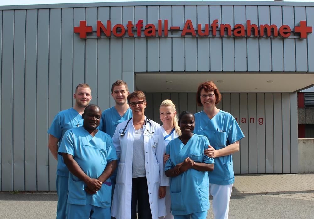 Cecila Gordon und Abraham Nyondo aus dem Zomba Central Krankenhaus in Malawi haben vier Wochen in der Zentralen Notfallaufnahme hospitiert. Foto: Klinikum Wolfsburg