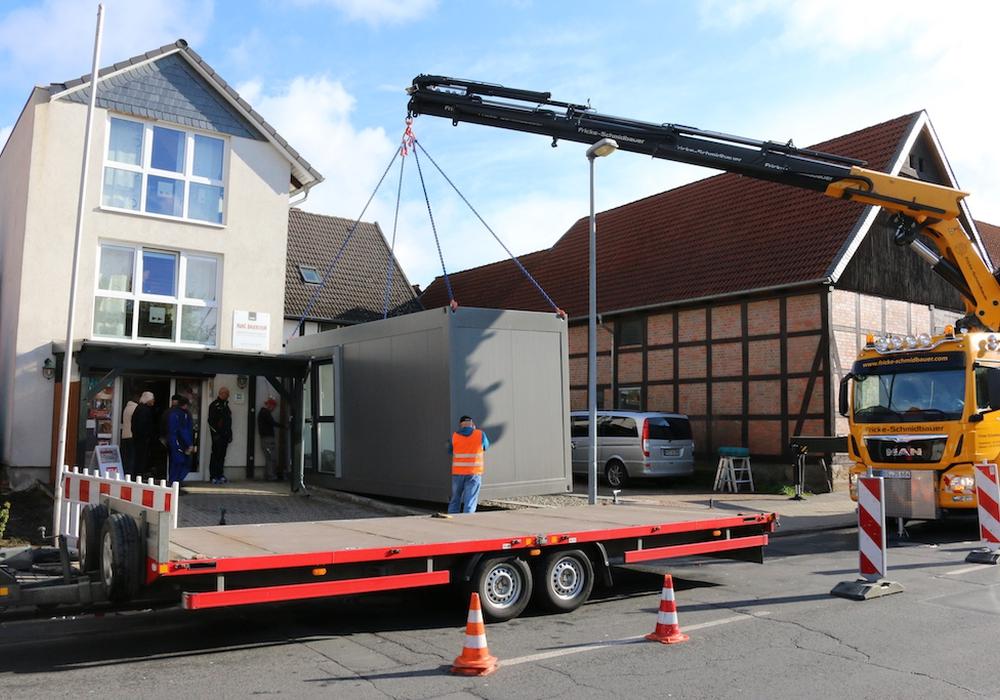 Mit einem Schwerlastkran wurden die Container-Module am Morgen auf das bereits zuvor gegossene Fundament gehoben. Fotos: Werner Heise