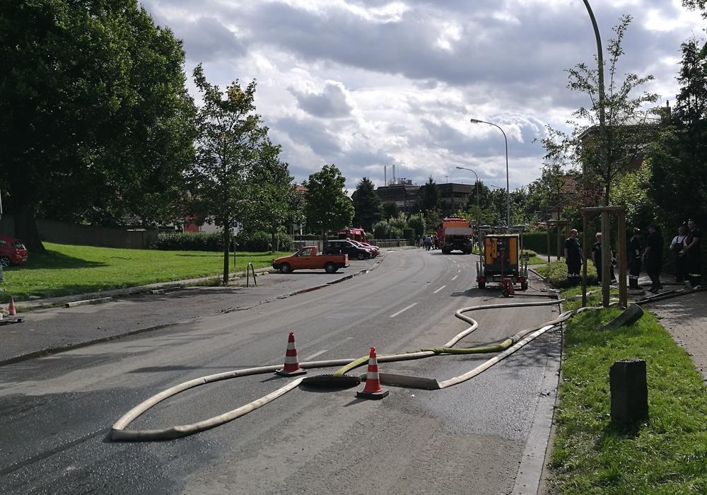 """Die Straße """"Am Rosenwall"""" am Samstag: 22 Feuerwehrleute aus Adersheim unterstützen bei den Pumparbeiten. Foto: Feuerwehr Adersheim"""