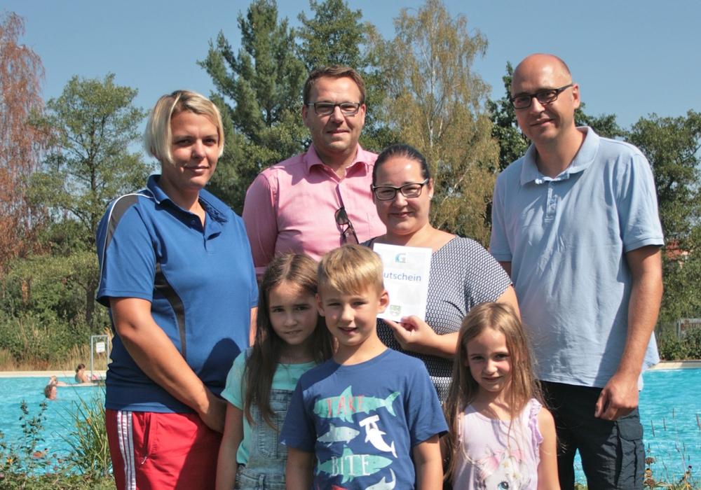 Die 25.000ste Besucherin Tina Langeleist mit ihrer Familie sowie Schwimmmeisterin Mandy Rügenhagen (l.) und Samtgemeindebürgermeister Gero Janze (hinten 2. vl.). Foto: Erik Beyen