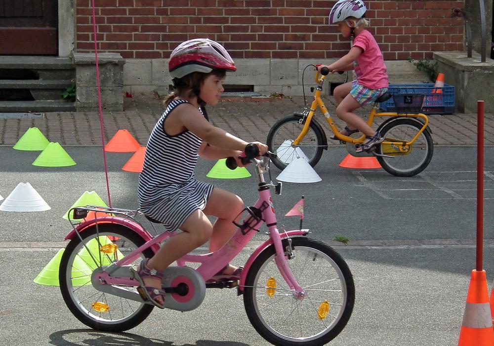 Kinder eines Kindergartens probieren ein sicheres Fahren mit dem Kinderrad ohne Stützräder. Foto: Archiv/Achim Klaffehn