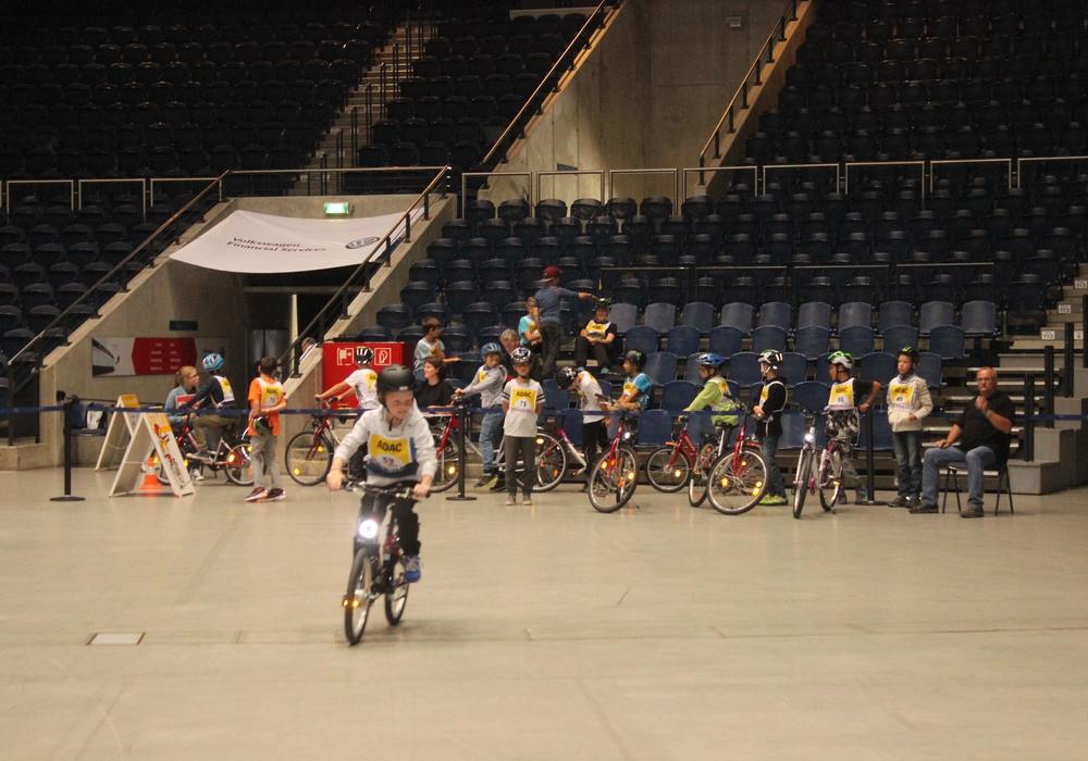 155 Kinder und Jugendliche nahmen am Landes-Fahrradturnier in der Volkswagenhalle teil. Fotos: Anke Donner