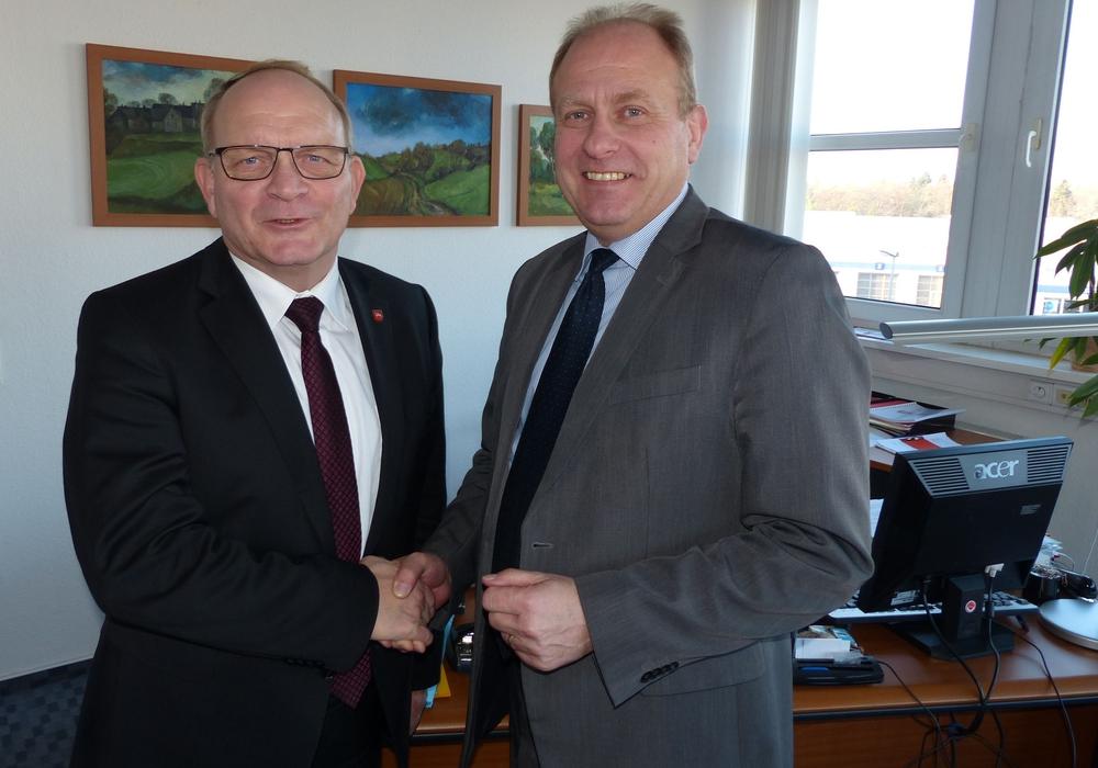 Landrat Hans Walker (links im Bild) redet mit Landrat Gerhard Radeck über Möglichkeiten der Zusammenarbeit. Foto Uwe Baumgart / Landkreis Börde.