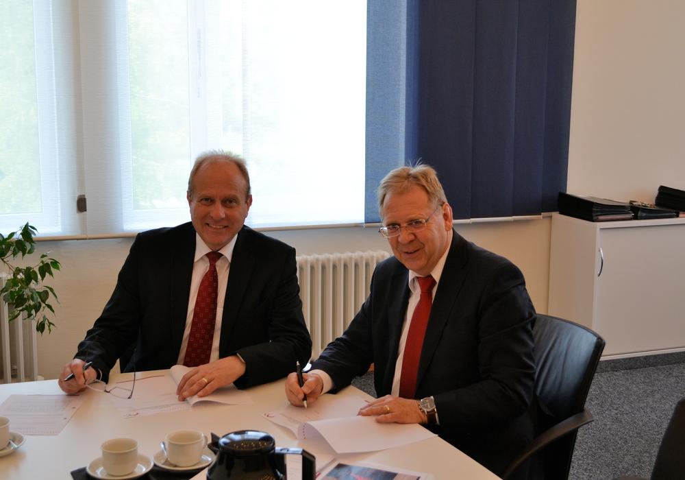 Gerhard Radeck und Wito Johann bei der Vertragsunterzeichnung. Foto: Landkreis Helmstedt