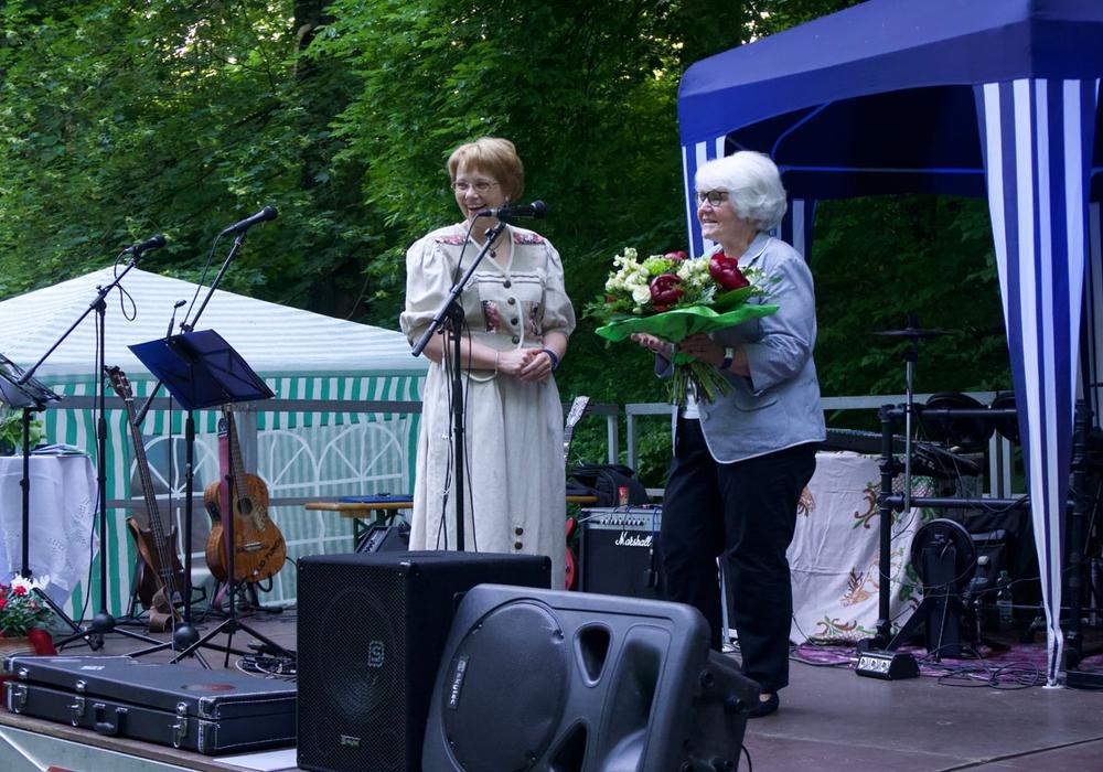 Dorothee Schacht bedankte sich beim Gründungsmitglied Annemarie Pfeuffer mit einem Blumenstrauß. Fotos: Förderkreis Heimathaus Alte Mühle Schladen e.V.