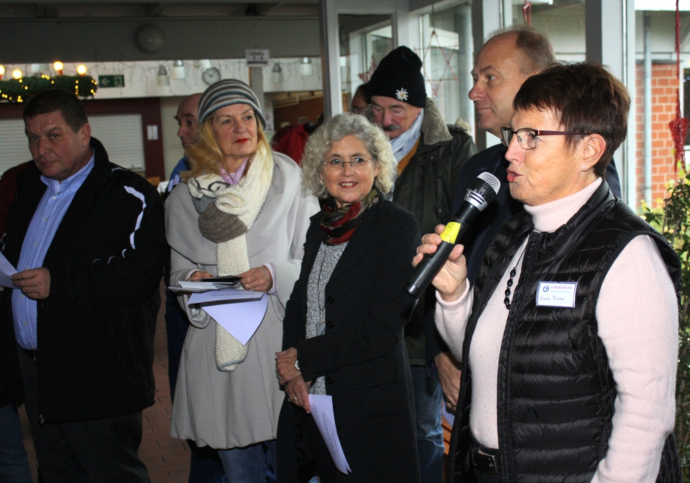 Gisela Förster (rechts) eröffnete den Basar der Lebenshilfe. Foto: Lebenshilfe