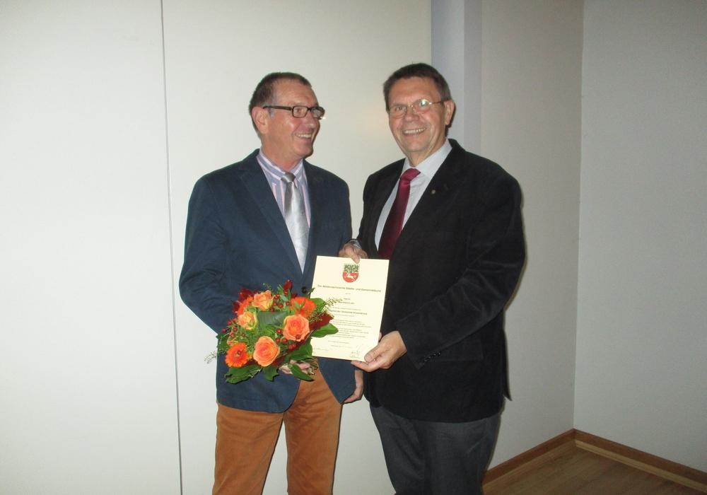 Bernhard Löhr (links) wurde von Herrn Jens Range für seine 30-jährige Tätigkeit als Ratsmitglied geehrt. Foto: Privat