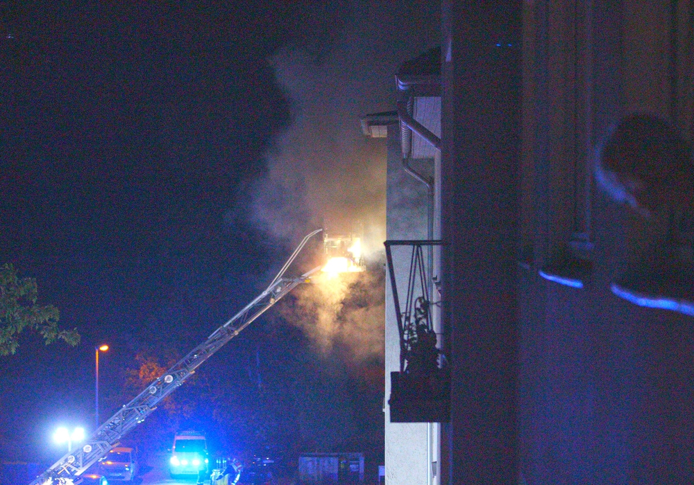 Der Drehleiterkorb ist in dichten Rauch gehüllt. Foto: Frank Vollmer
