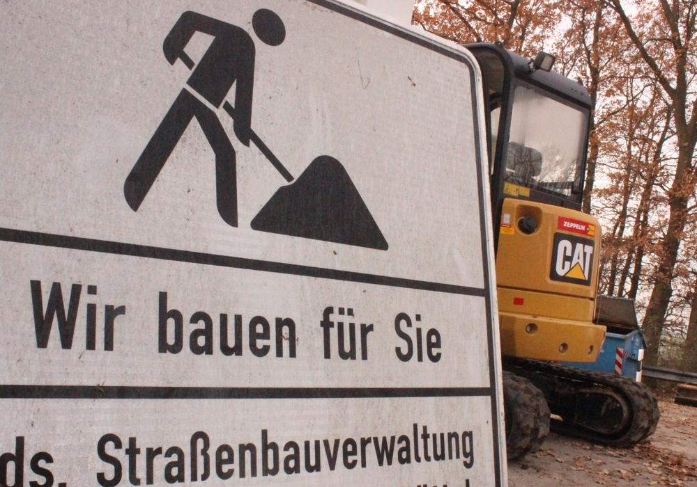 Die Fahrbahnarbeiten auf der B82 dauern zwei Tage länger an. Symbolfoto: Anke Donner
