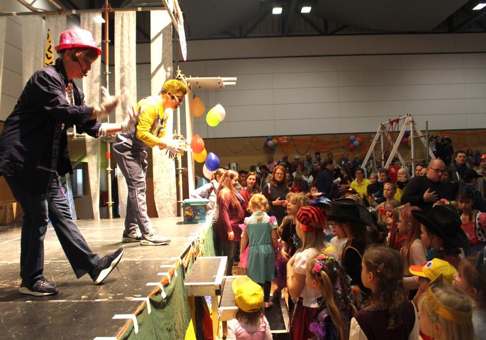 Eva und André Groß hielten die Kinder mit Bonbonregen bei Laune. Fotos: Alexander Dontscheff