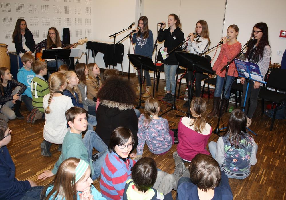 Moderne Popsongs gehören zum Repertoire der THG-Band. Fotos: privat