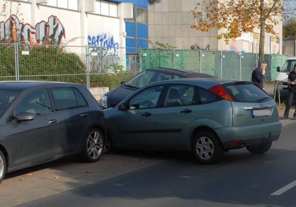 Das Fahrzeug der Verletzten beschädigte mehrere geparkte Autos.  Foto: Polizei Braunschweig