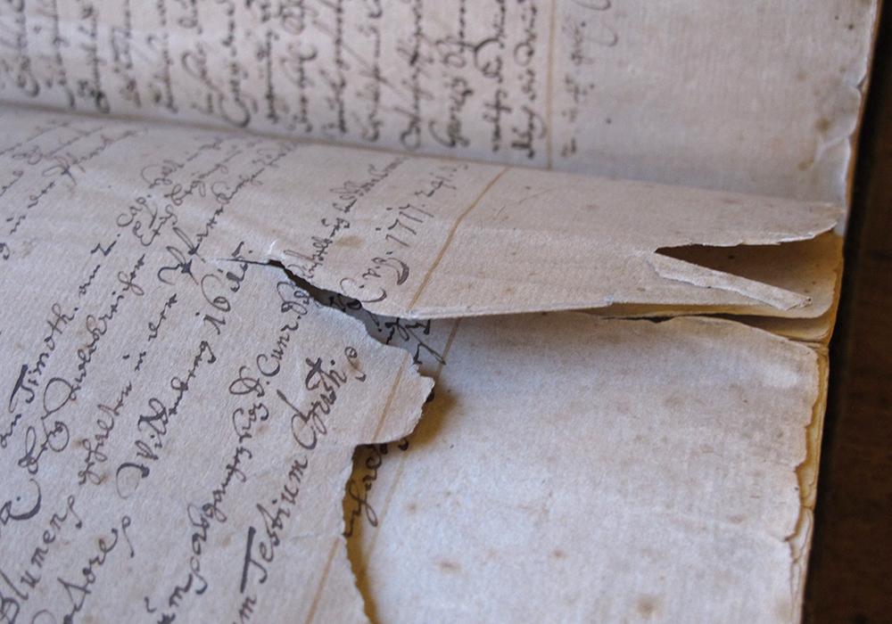In der Herzog August Bibliothek zeigt die restaurierten Bände. Hier ein Buch mit einer von über 7000 Buchseiten, die durch jahrhundertelange Benutzung stark beschädigt sind. Foto: HAB