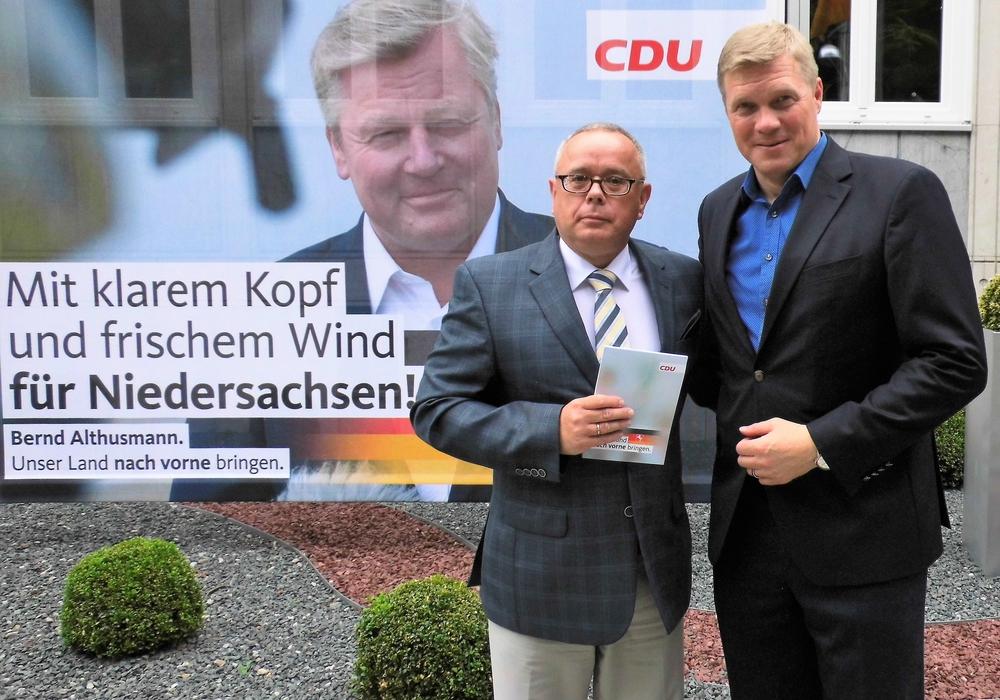 """CDU-Kreisvorstandsmitglied Andreas Meißler (l.) folgte der Einladung von CDU-Generalsekretär Ulf Thiele zur Wahlkampfleitertagung in Hannover - hier vor dem """"Wilfried-Hasselmann-Haus"""". Foto: CDU"""