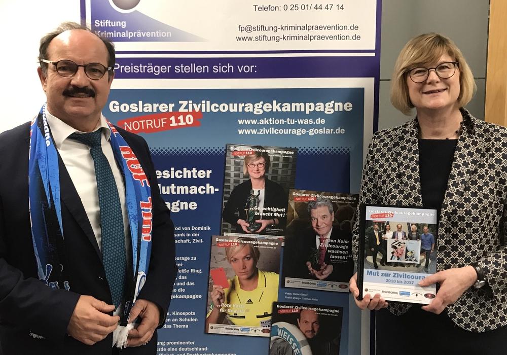 Justizministerin Antje Niewisch-Lennartz erhält von Günter Koschig das GZK-Fotobuch. Foto: Privat