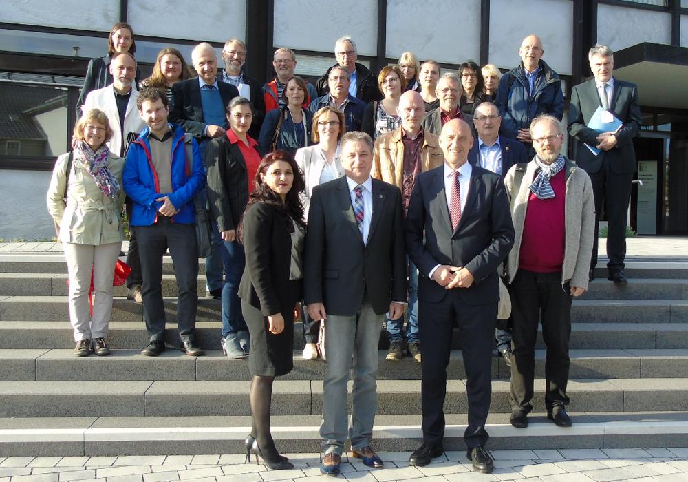 Die Mitglieder des Koordinierungsstabes vor dem Rathaus in Edemissen. Foto: Landkreis Peine