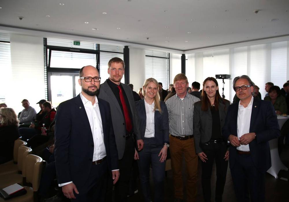 Phillip Schmitz, Christopher Lezius, Nina Kremer, Günther Kahmann, Kristin Schöntag und Ulrich Sörgel begrüßten die Teilnehmer des 2. Handwerkerforums von VWI im Hotel Global Inn. Foto: VWI